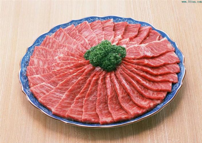 Ngoài việc giúp cơ thể gia tăng hấp thu vitamin B1, allicin có trong tỏi còn giúp hạ mỡ máu, chống ung thư và các chức năng khác. Hơn nữa, khi ăn thịt ăn kèm với tỏi sống sẽ giảm được độ ngấy của thịt. Ảnh: 99114.