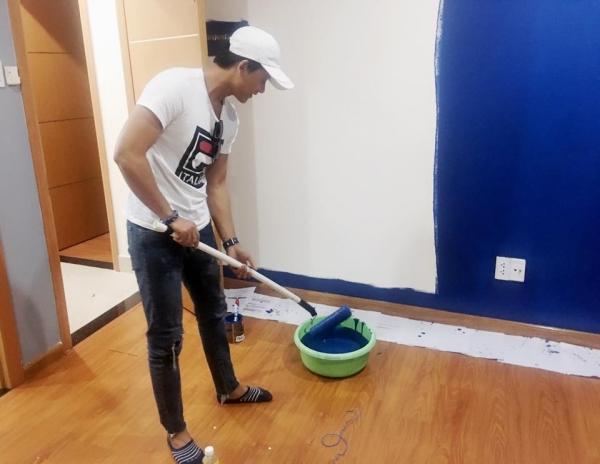 Hình ảnh Mai Tài Phến tự tay sơn sửa nhà gây chú ý cộng đồng mạng.
