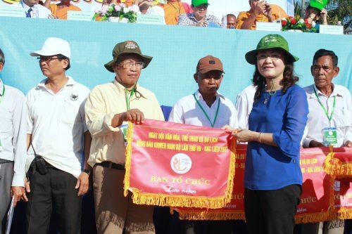 Ban Tổ chức tặng cờ lưu niệm cho các đội thi