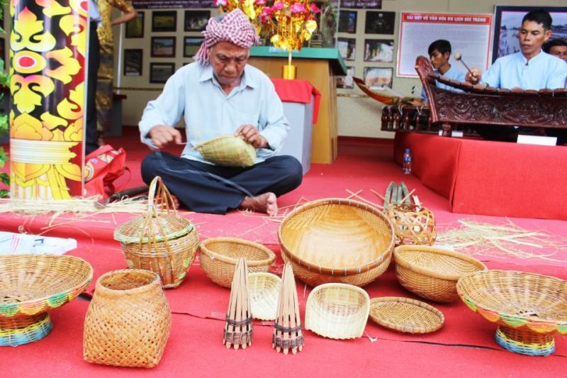những nghề truyền thống được tái hiện dưới đôi tay điêu luyện của những lão nông Khmer