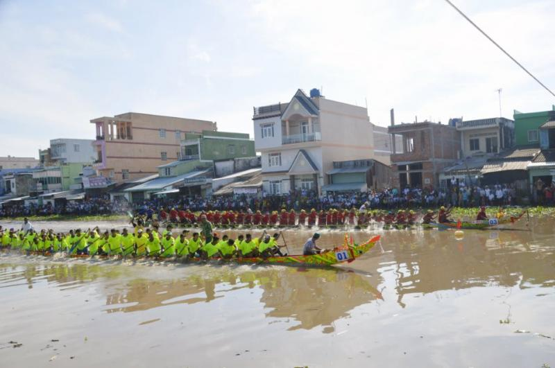 giải đua ghe Ngo trong khuôn khổ lễ hội cũng thu hút hàng ngàn người dân đến xem và cổ vũ