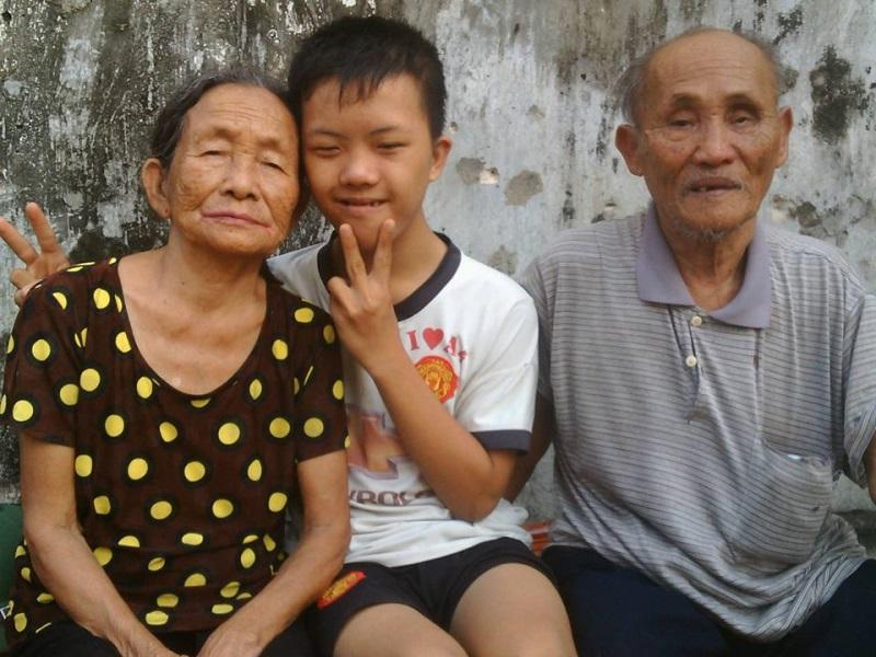 Phúc sống bên ông bà ngoại già yếu