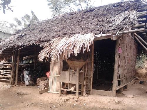 Căn nhà lá nhỏ hẹp dì cháu cô Mai từng ở 4 năm trước - Ảnh: Internet