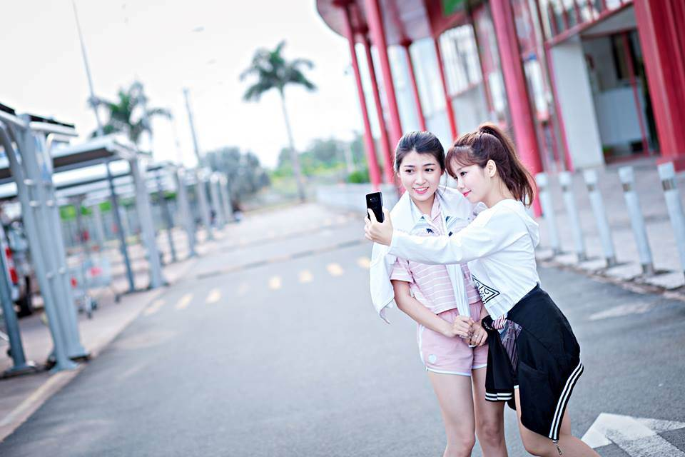 Nhân vật chính trong bộ ảnh là đôi bạn thân Hoàng Thị Huỳnh Như(SN 1993) hiện đang làm việc Cần Thơvà Trần Phi Yến (SN 1994) vừa tốt nghiệp ĐH Tây Đô.