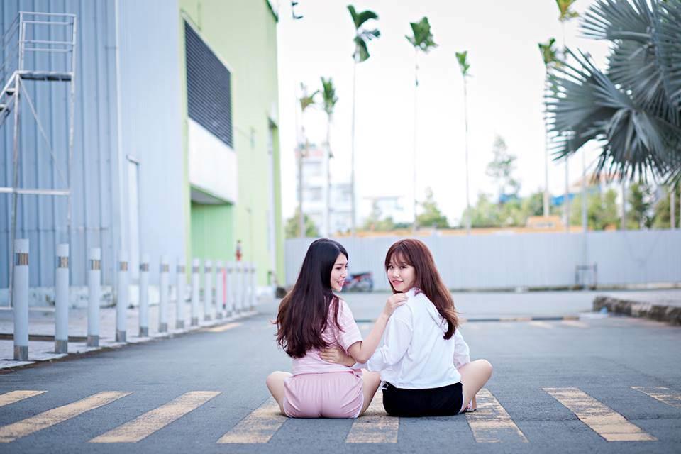 """Huỳnh Như đi làm sớm hơn Yến. Nhiều lúc công việc mệt mỏi, stress, Như luôn tìm đến Yến để tâm sự, chia sẻ. Mặc dù hơn cô bạn tận 2 tuổi nhưngchưa bao giờNhư tỏ rõ vị trí """"đàn chị"""". Cả hai cô nàng đều coi nhau như người chị em ruột thịt, là người bạn """"tri kỉ"""" thân thiết của nhau"""