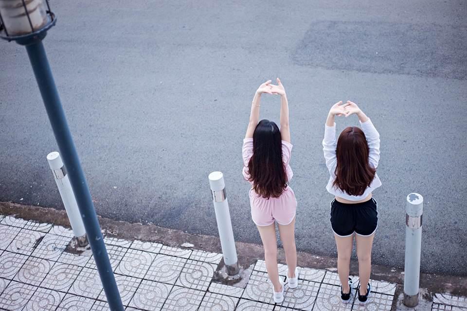 Trang phục mà Huỳnh Như và Phi Yến lựa chọn là màu trắng và hồng, khá hợp với hình tượng trẻ trung, trong sáng của tuổi trẻ. Bộ ảnh đã thể hiện đúng với bản chất, con người, tính cách tự nhiên hàng ngày, nhìn vào ta có cảm giác