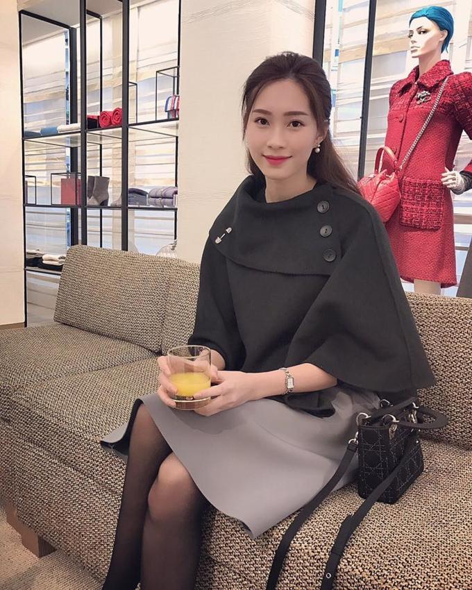 Giá bán mỗi chiếc túi Lady Dior dao động từ 55 -150 triệu đồng tùy vào chất liệu, họa tiết và màu sắc.