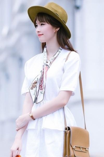 Chiếc khăn lụa của Louis Vuitton có giá tầm 240 USD được Hoa hậu phối tinh tế cùng túi xách vuông của Hermes có giá lên đến 163 triệu đồng.