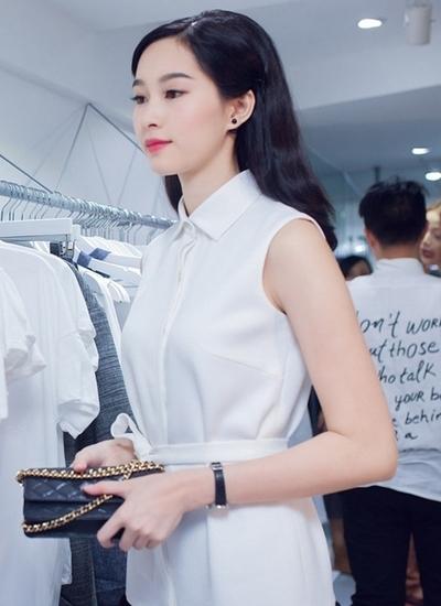 Hoa hậu còn sở hữu cả một bộ sưu tập túi Chanel đủ mọi form dáng từ nhỏ đến lớn.