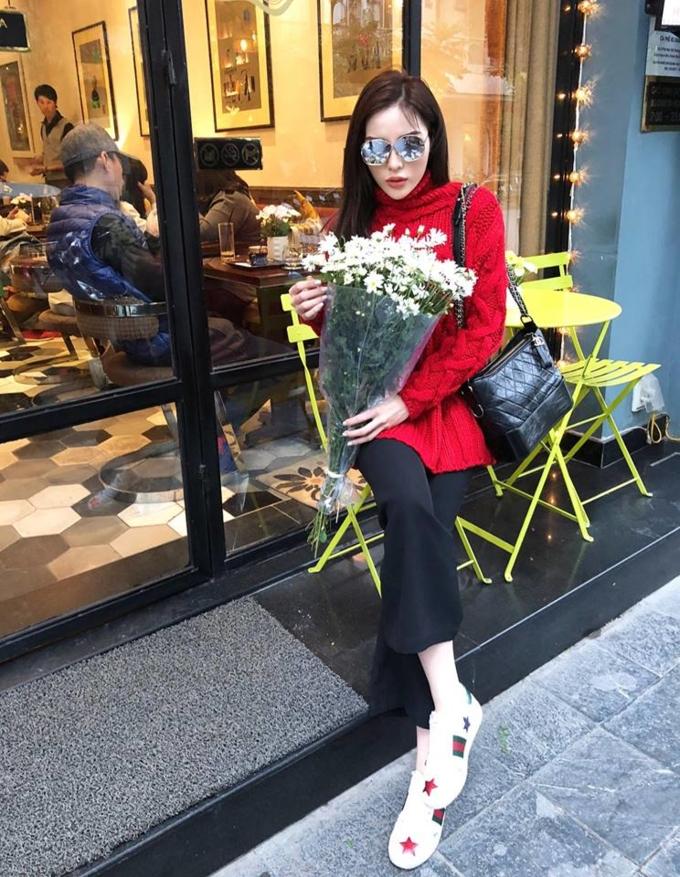 Mẫu túi xách Gabrielle gam màu đen đơn giản giá tiền 3.000 USD (khoảng 70 triệu đồng) được cô phối với chiếc áo len gam màu đỏ nổi bật.