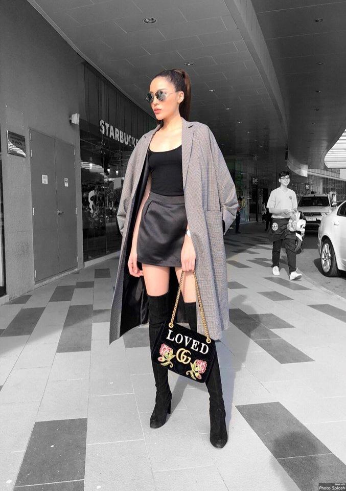 Hoa hậu sinh năm 1996 xách túi của nhà mốt đình đám Gucci. Cô kết hợp thêm đôi boots của thương hiệu Stuart Weitzman.