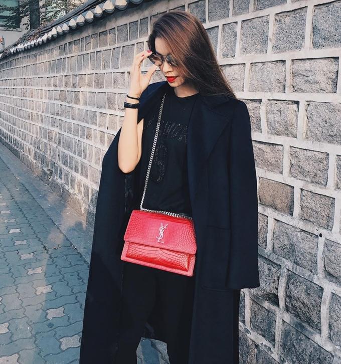 Chiếc túi Yves Saint Laurent màu đỏ sang trọng cũng có mặt trong bộ sưu tập hàng hiệu của Phạm Hương.