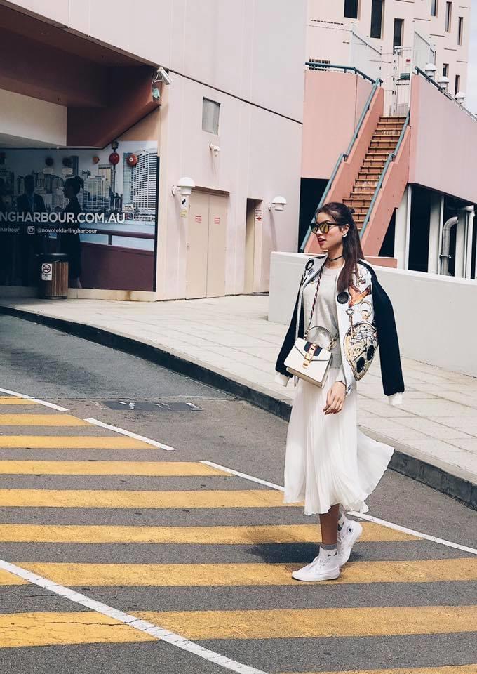 Chiếc túi Gucci Sylvie chính là điểm nhấn trong set đồ cá tính của Phạm Hương có giá nhẹ nhàng là 55 triệu đồng.