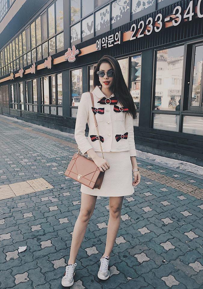 Cô lựa chọn chiếc túi xách Diorama với gam màu nhã nhặn cùng những đường thêu nổi bật với giá tiền hơn 3.000 USD (khoảng 70 triệu đồng) kết hợp cùng trang phục sang trọng của Gucci.