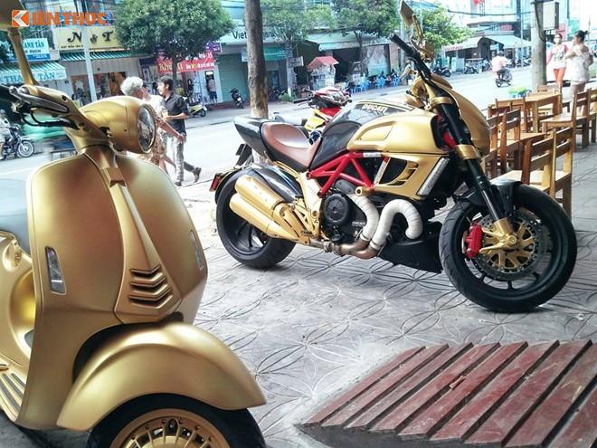 Nhiều người tỏ ra tò mò không biết ba chiếc xe này có phải cùng thuộc về một chủ nhân hay không vì không chỉ có chung biển 29 ở Hà Nội và về màu sơn vàng độc lạ cùng xuất hiện trên cả 3 chiếc xe này tại Cần Thơ.