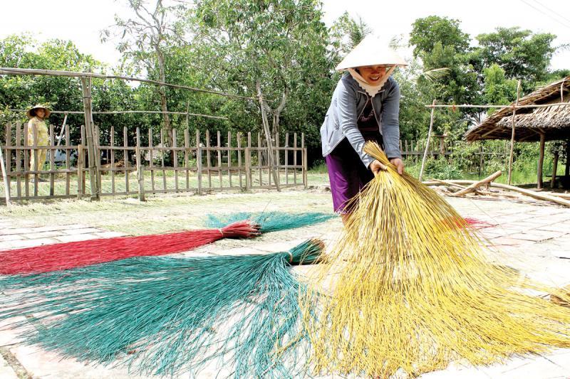 Người dân Ngan Dừa có nghề dệt chiếu lâu đời.