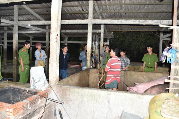 Lực lượng Công an đang kiểm tra cơ sở giết mổ gia súc (ảnh: Chí Nguyện)