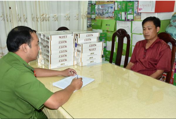 Lực lượng Công an làm việc với ông Thái Phước Vinh chủ tiệm tạp hóa (Ảnh: Duy Tân)