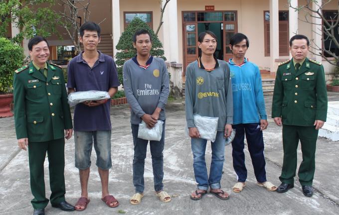 Bốn thuyền viên được BĐBP TP Đà Nẵng giải cứu. Ảnh: Trúc Hà.