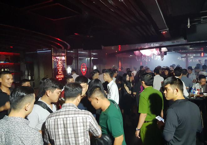 Khoảng 200 thanh niên có mặt tại quán bar. Ảnh: Lê Trai.