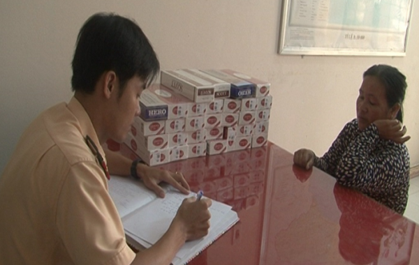 Lực lượng Cảnh sát giao thông làm việc với Phạm Thị Hồng Loan (Ảnh: Thanh Cang)