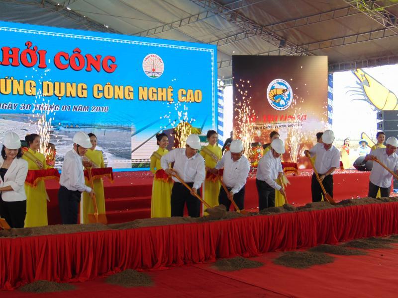 Thủ Tướng Chính phủ Nguyễn Xuân Phúc thực hiện nghi thức khởi công Khu nông nghiệp ứng dụng công nghệ cao phát triển tôm Bạc Liêu - Ảnh: Gia Minh