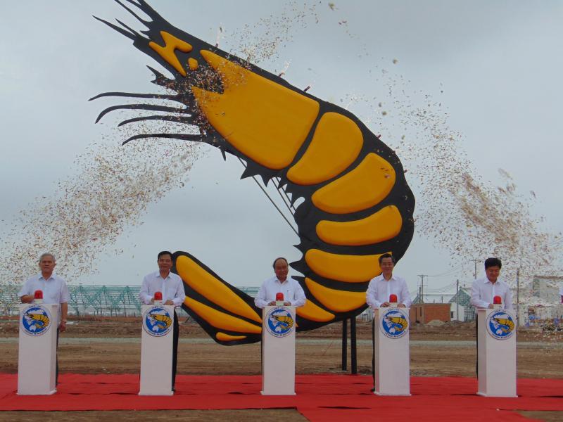 Thủ tướng Chính phủ Nguyễn Xuân Phúc và lãnh đạo các Bộ, ngành Trung ương và địa phương, ấn nút  phát lệnh khởi công xây dựng biểu tượng con tôm lớn nhất Việt Nam, với chiều cao thiết kế 25m - Ảnh: Gia Minh