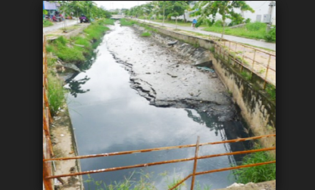 Dòng kênh Hở bị ô nhiễm. (Ảnh: Dân trí)