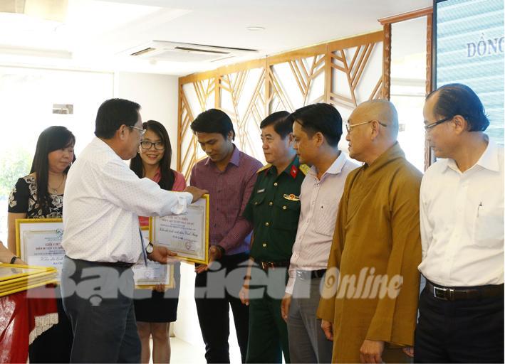 Ông Trần Việt Phường, Chủ tịch Hiệp hội Du lịch ĐBSCL trao chứng nhận cho các điểm du lịch tiêu biểu năm 2017. Ảnh: H.T
