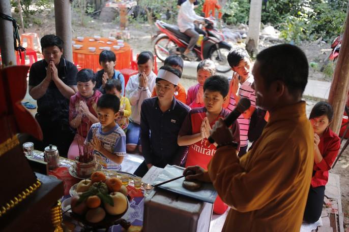 Quỳ trước quan tài là những người cháu, không có vợ con anh Phong!