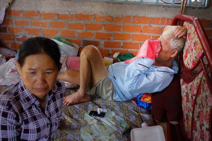 Cha anh Phong bệnh nặng, nằm một chỗ
