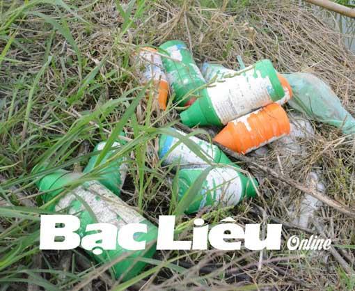 Nhiều chai, lọ thuốc BVTV sau khi sử dụng vứt trên bờ ruộng. Ảnh: C.L
