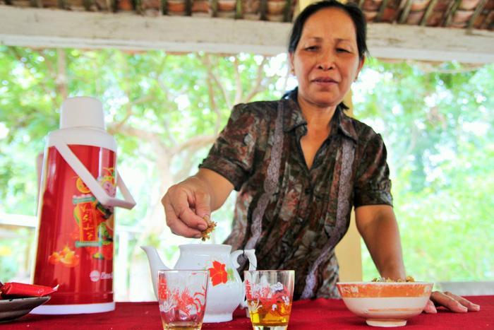 Người dân quanh vùng dùng hoa bạch mai khô để pha trà, ngâm thuốc- Ảnh Mậu Trường/ Tuổi trẻ
