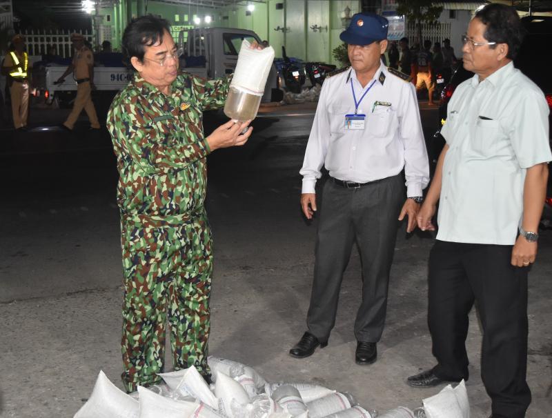 Chủ tịch UBND tỉnh Bạc Liêu Dương Thành Trung (bìa trái) kiểm tra chất lượng tôm giống nhập tỉnh trên địa bàn - Ảnh: Khởi Ngiệp