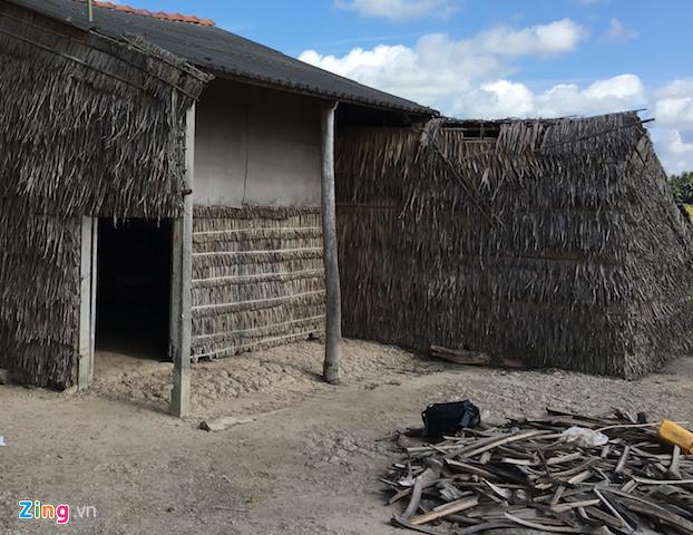 Căn nhà nơi bé gái sống cùng mẹ nằm hun hút ngoài đồng. Ảnh: C.A.