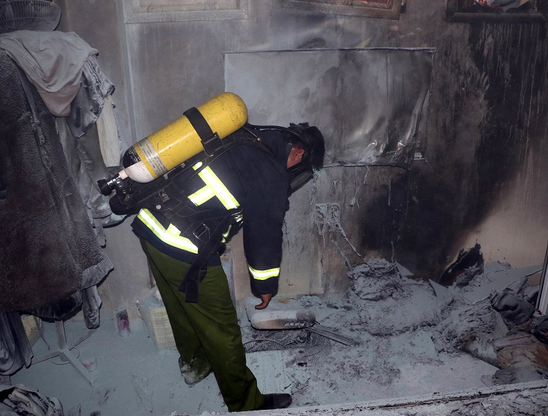 Cơ quan chức năng khám nghiệm hiện trường vụ cháy.