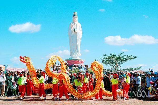 Múa lân sư rồng tại lễ hội Quán Âm Nam Hải. (Nguồn: giacngo.vn)