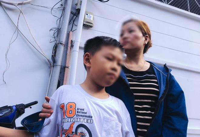 Chị Dung cùng con đến nhận thi thể của anh T về nhà cùng gia đình lo hậu sự.