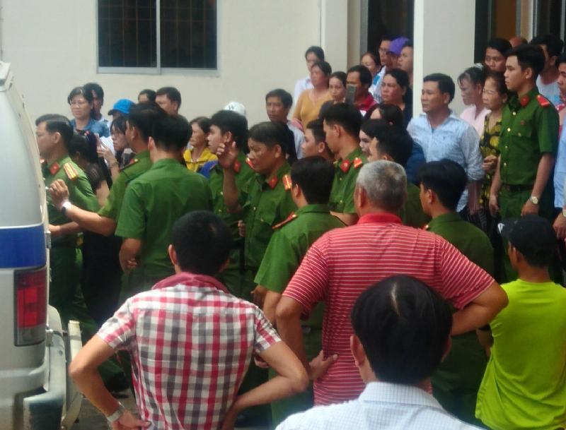 Rất đông người dân đến theo dõi phiên tòa và xem lực lượng chức năng đưa bị cáo Trọng về nơi giam giữ - Ảnh: N.H