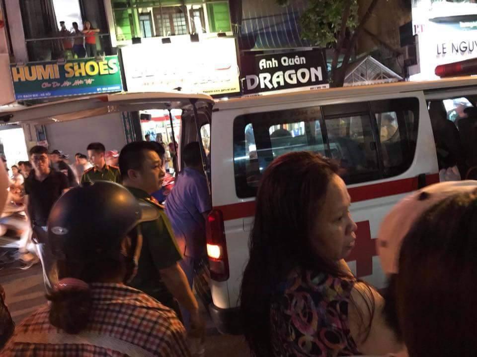 Xe cứu thương đưa nạn nhân vào bệnh viện cấp cứu tối 16/5.