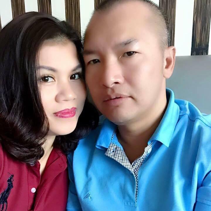 Chị Vân Anh bên người chồng hiện tại.