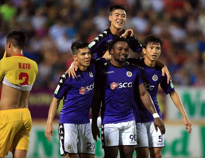 Hà Nội FC phải nhờ đến sự hộ tống của Cảnh sát giao thông để rời sân Thiên Trường - Ảnh VPF