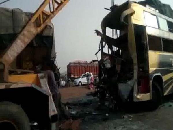 Hiện trường vụ tai nạn giao thông thảm khốc tại Ấn Độ khiến 9 người c.hết, 20 người khác bị th.ương (Ảnh: Reuters)
