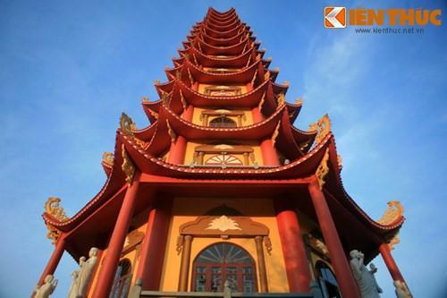 Tháp được thiết kế theo phong cách truyền thống của chùa tháp Việt Nam.
