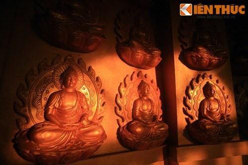 Các vách tường trong tháp được bài trí hàng trăm tượng Phật.