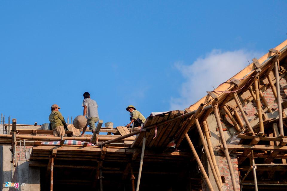 Công nhân đang xây dựng một căn biệt thự ở mặt đường Trần Đăng Ninh.