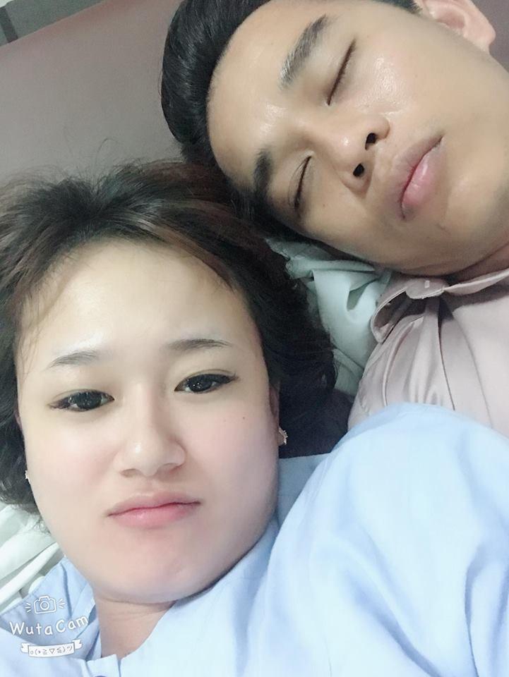 Người mẹ trẻ và chồng.