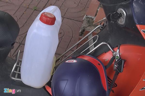 Can nhựa chứa xăng được tìm thấy tại hiện trường. Ảnh: C.A.