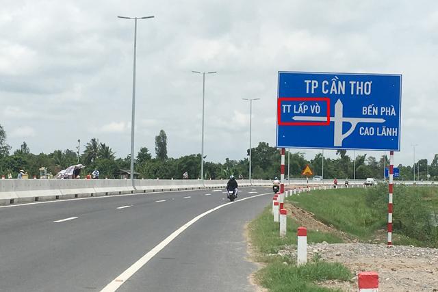 Biển chỉ dẫn rẽ trái về hướng thị trấn Lấp Vò nhưng hướng đi không tồn tại