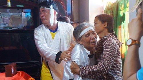 Người thân đau đớn khóc nghẹn bên quan tài nạn nhân